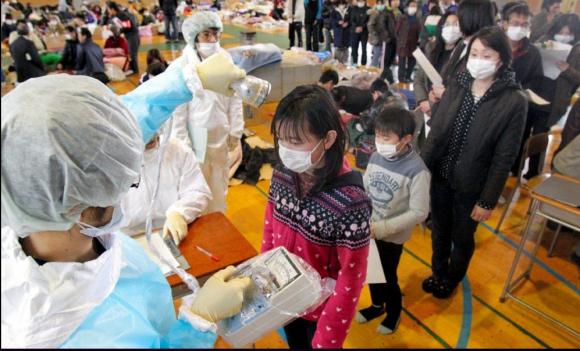 Personal médico mide la radiación en los residentes de Fukushima después de que las autoridades hayan advertido de un posible aumento de la radiación.