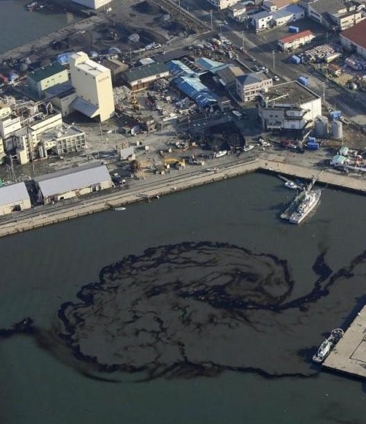 Una filtración de aceite flota en el agua en el puerto de Shiogama (prefectura de Miyagi). Foto: AFP
