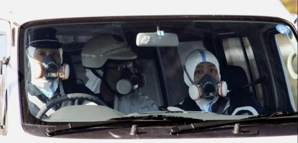 Policías llevan máscaras de gas cerca de la planta nuclear de Fukushima. Foto: AFP