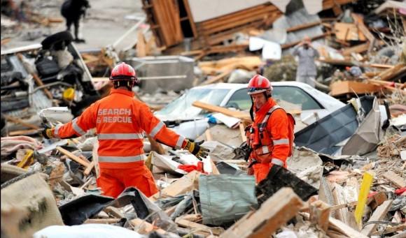 Miembros de los equipos de rescate ingleses buscan entre los escombros en la ciudad de Ofunato, en la prefectura de Iwate (norte de Japón). Foto: EPA