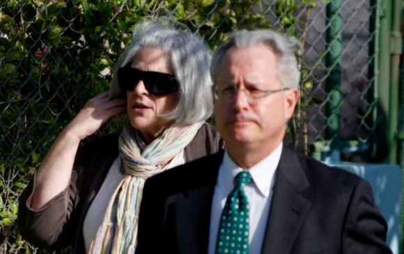 Judy Gross, esposa de Alan Gross, y el abogado Peter J. Kahn, entran al Tribunal