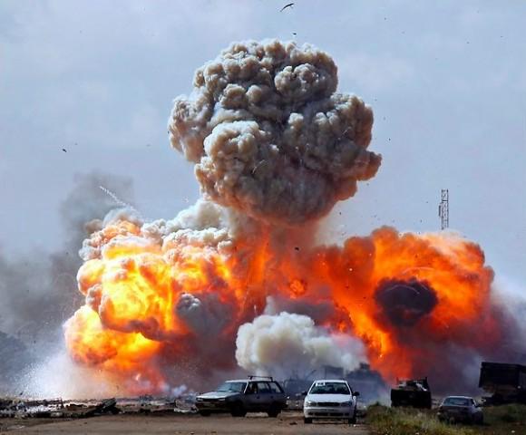 Una bomba de un avión de los invasores occidentales estalló entre los vehículos pertenecientes a las fuerzas leales al coronel Muammar el-Gadafi durante un ataque aéreo el domingo en una carretera en las afueras de Bengasi. Foto: Reuters