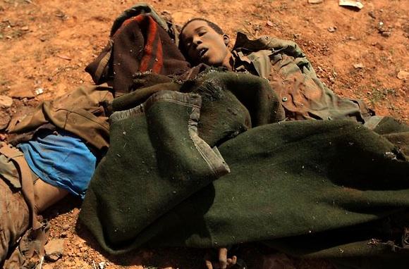 Un joven muerto durante los bombardeos, obviamente nacido en otra parte de África. Foto: Rueters.