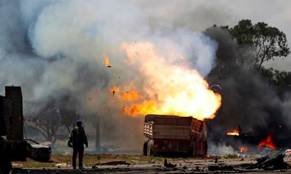 Durante kilómetros que llevan al sur, las calles estaban repletas de camiones y automóviles de civiles quemados.