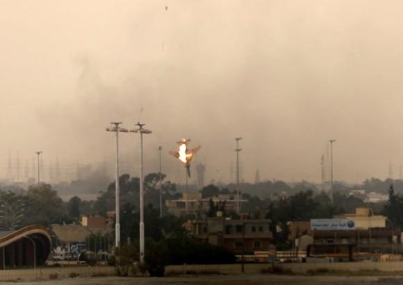 Una aeronave bombardera libia se estrella tras su derribo en Bengasi, el 19 de marzo de 2011. AFP PHOTO/PATRICK BAZ
