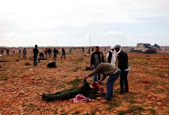La gente se miraba el cuerpo de un soldado leal al coronel Gadafi, que murió en los ataques aéreos.