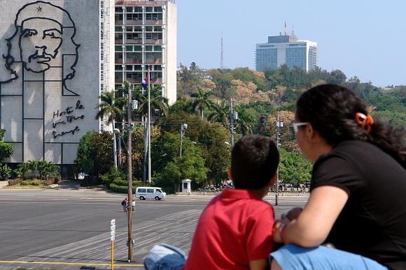 Una madre junto a su hijo contempla el monumento al Comandante Che Guevara en la Plaza de la Revolución, en vísperas de las prácticas del desfile por el 50 aniversario de la proclamación del carácter socialista de la Revolución Cubana.