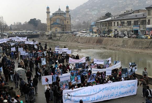 Cientos de personas marchan en Kabul contra la muerte de civiles. Foto: AFP