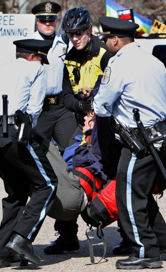 "A woman, who could not be identified screams while being arrested near the White House by U.S. Park Police Saturday, March 19, 2011, during an anti-war rally on the 8th anniversary of the Iraq invasion. Si hubiera sido una ""Dama de blanco"" esta imagen habría sido la portada de los principales medios delmundo. (AP Photo/Jacquelyn Martin)"