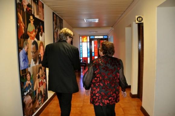 Amaury acompaña a Marta a la puerta del estudio. Foto: Petí