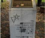 """Placa que recuerda a Más Canosa y Monzón en el """"Memorial de Patriotas Cubanos"""", en Nueva York. Foto: Flickr. Se puede consultar en http://www.flickr.com/photos/wallyg/1818241342"""