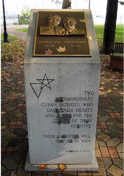 """Placa que recuerda a Más Canosa y Monzón en el """"Memorial de Patriotas Cubanos"""", en Nueva York. Foto: Flickr. Se puede consultar en<a rel="""