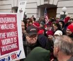 El cineasta Michael Moore, centro, en una manifestación de los trabajadores públicos de Wisconsin en el capitolio estatal en Madison, Wisconsin el sábado 5 de marzo de 2011.  Foto: EFE
