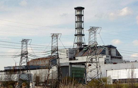 Foto del 19 de abril de 2010 que muestra el reactor 4 de la central nuclear de Chernobyl, donde el 26 de abril de 1986 se produjo una explosión, en la entonces República Socialista Soviética de Ucrania, considerado el mayor accidente nuclear de la historia. El Gobierno de Japón aseguró que la explosión que se produjo hoy, sábado 12 de marzo de 2011, en la planta nuclear 1 de la central atómica de Fukushima Daiichi, en el norte de Japón, no generó una fuga radiactiva importante. La alarma cundió en el país y en toda la comunidad internacional tras el accidente, que se produjo a las 15.36 hora local (06.36 GMT), cuando un equipo trataba de enfriar un reactor nuclear, dañado por el fuerte terremoto de ayer. EFE/SERGEY DOLZHENKO / Archivo