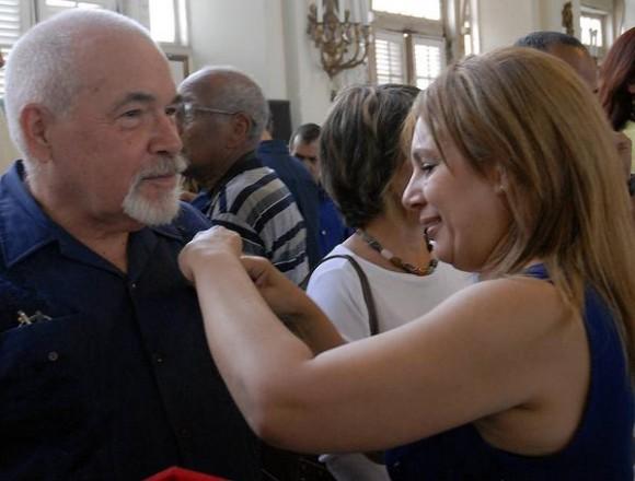Bárbara Doval (D), vicepresidenta de la Unión de Periodistas de Cuba (UPEC) durante la entrega de la distincion Félix Elmuza a perdiodistas cubanos, en La Habana, Cuba, el 9 de marzo de 2011. AIN FOTO/Sergio ABEL REYES