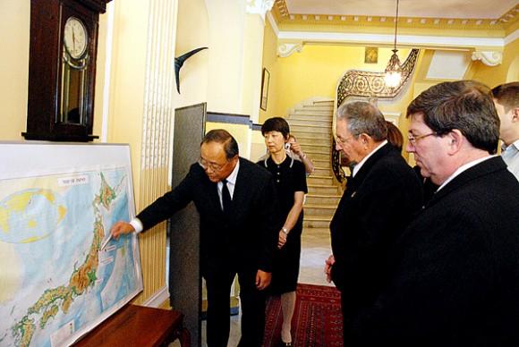 El embajador de Japón en nuestro país, mostró en un mapa al General de Ejército el lugar exacto donde ocurrió el epicentro del sismo. Autor: Raúl Abreu