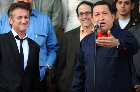 El Presidente Hugo Chávez conversa con Sean Penn (izquierda), en Miraflores, el 5 de marzo de 2011. Foto: AFP
