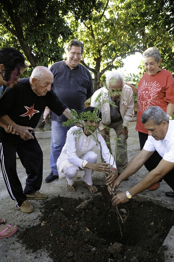 Rosa Miriam, por iniciativa de la Embajadora de Sri Lanka en Cuba, Excelentísima Señora Tamara Kunanayakam, Alberto Granados, junto a José Mendoza Argudín, compañero del Che en la Sierra Maestra y quien le acompañara en uno de sus viajes por el mundo después del triunfo de la Revolución, en un acto de gran simbolismo sembraron un árbol de Karapincha, junto a familiares y amigos en la casa de Granados, coincidiendo con el aniversario 52 de la entrada de los Rebeldes a La Habana. Tuve el privilegio de que me invitaran a la sencilla ceremonia y pude dejar constancia gráfica de aquel momento de inmensa emoción. Pongo estas imágenes en tus manos, para de ser posible, se publiquen en Cubadebate con motivo de la dolorsa desaparición del amigo Alberto.