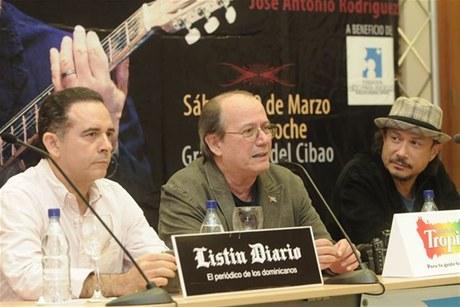 Silvio Rodríguez durante su intervención anoche en un encuetro en el Centro León del Cibao, donde habló sobre una variedad de tópicos. Foto: Listín Diario