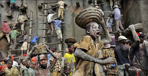 Las personas se adapta al medio que los rodea, sea entre los escombros que deja una ciudad, o las herramientas que les provee la naturaleza. Estos niños aprovechan el lodo que se desprende de la ladera del cauce para restaurar una mezquita. Foto: Timothy Allen/ BBC Mundo
