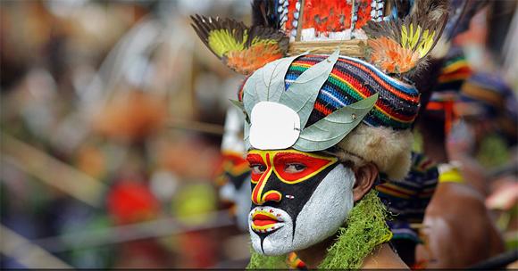 """El colorido maquillaje de los indígenas del monte Hagen, en el altiplano occidental de Papua Nueva Guinea, marcan las celebraciones de la fiesta denominada """"Sing Sing"""", donde los guerreros de las tribus de la región danzan durante dos días al ritmo de los tambores. Foto: Timothy Allen/ BBC Mundo"""