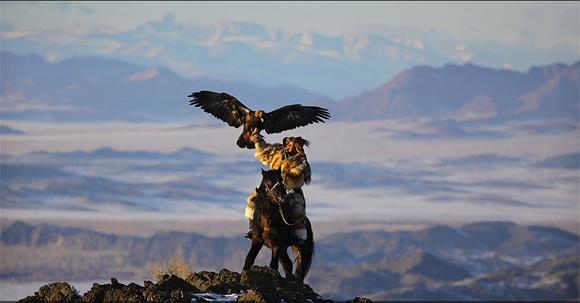 En el oeste de Monogolia, en la frontera con Kazajistán, se encuentran estos cazadores, que entrenan a las águilas doradas para acechar a los lobos y zorros de la zona. Foto: Timothy Allen/ BBC Mundo