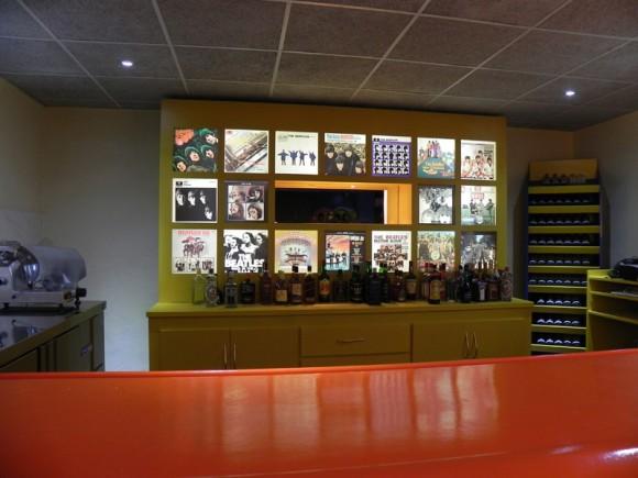 La barra decorada con las imágenes de las carátulas de los discos de The Beatles. Foto: Marianela Dufflar