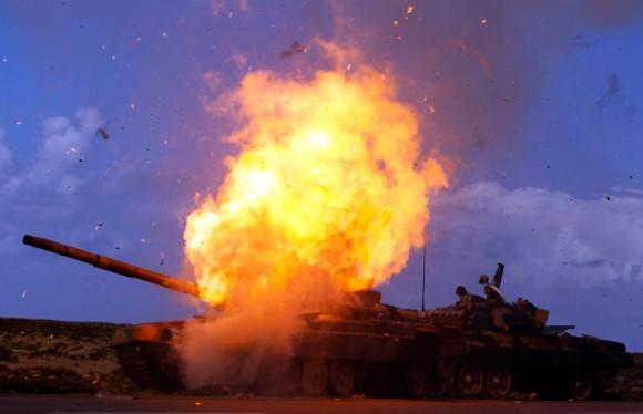 Un tanque de las fuerzas leales a Gadafi explota luego de ser alcanzado por un ataque aéreo de la Coalición, en un camino entre Bengasi y Ajdabiyah. REUTERS/Goran Tomasevic