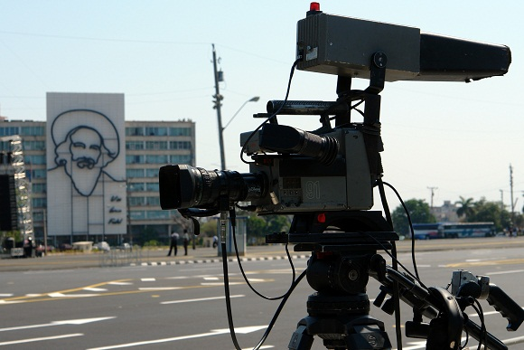 La televisión filmará las prácticas del desfile por el 50 aniversario de la proclamación del carácter socialista de la Revolución Cubana. Al fondo, monumento al Comandante Camilo Cienfuegos en la Plaza de la Revolución de La Habana