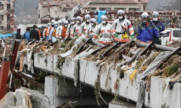 Rescatistas buscan a las personas desaparecidas en la ciudad de Miyagi. Foto: AFP