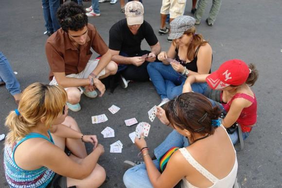 Las cartas mitigan la espera de horas