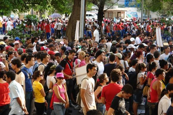 Montones de jóvenes colmaron la avenida Paseo. Foto: Rafael González Escalona/Cubadebate