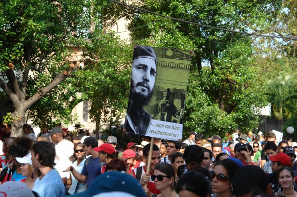 Fidel marcha junto a la universidad. Foto: Rafael González Escalona/Cubadebate