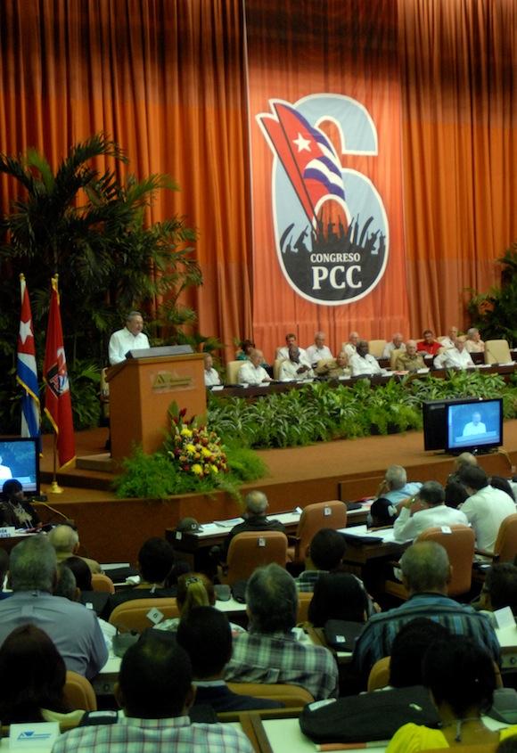 Raúl habla a los 997 delegados al VI Congreso del Partido Comunista de Cuba. Foto: Marcelino Vázquez Hernández/AIN