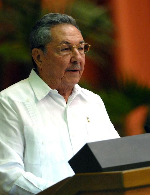 Raúl en la lectura del Informe Central. Foto: Marcelino Vázquez Hernández/AIN