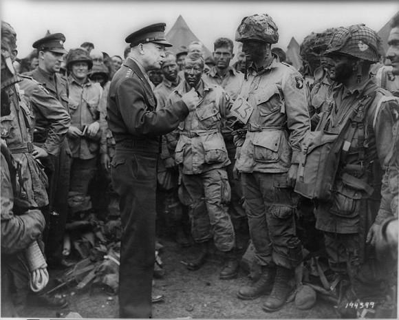 El General Dwight  Eisenhower  habla a las tropas antes del desembarco de Normandía