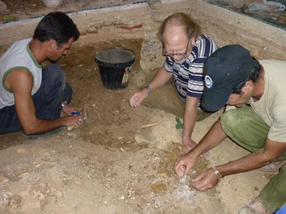 Miembros del Grupo Guamahaya y el arqueólogo Jorge Garcell durante la excavación