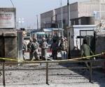Soldados estadounidenses y agentes de seguridad afganos inspeccionan el lugar del atentado insurgente en una base militar estadounidense en Kabul.- S. Sabawoon (EFE)