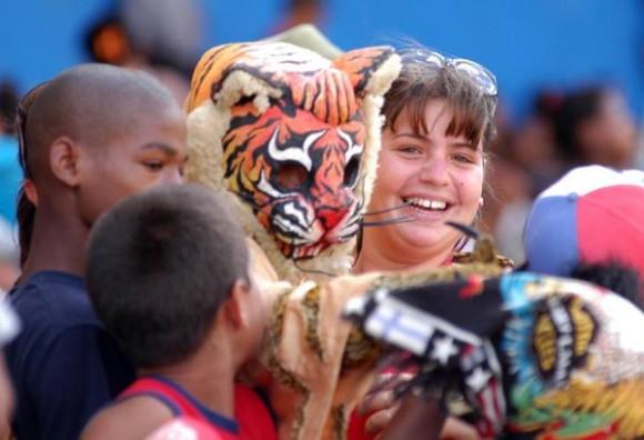 Los aficionados avileños disfrutan del segundo juego entre los equipos de Pinar del Río y Ciego de Ávila en el estadio José Ramón Cepero, como parte de la final de la 50 Serie Nacional de Béisbol, Cuba, el 24 de abril de 2011. AIN FOTO/Osvaldo GUTIERREZ GOMEZ