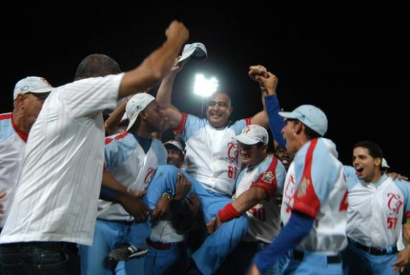 El manager Roger Machado (c) junto al equipo de Ciego de Avila, campeón de la zona oriental de la 50 serie nacional de béisbol, al derrotar a Granma en el estadio José Ramón Cepero, el 13 de abril de 2011. AIN FOTO/Osvaldo GUTIERREZ GOMEZ