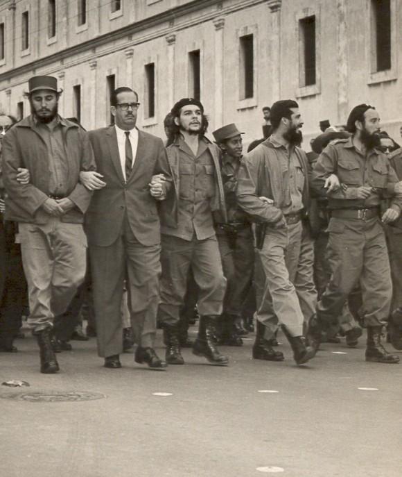Fidel junto a Osvaldo Dorticós, el Che y otros dirigentes de la Revolución durante el sepelio de las víctimas de La Coubre