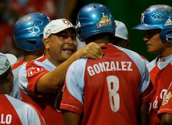 Roger Machado da instrucciones a uno de sus pupilos avileños