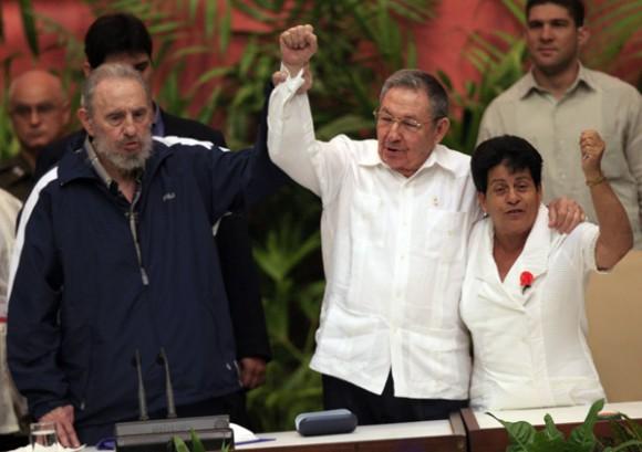 Fidel, Raúl y Nemesia en la Clausura del VI Congreso del Partido. Foto: Ismael Francisco
