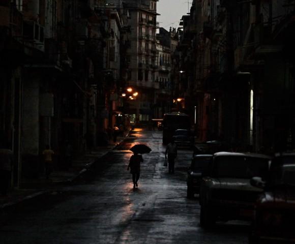 Una persona camina por una calle de La Habana, 26 de octubre 2010, el día de las Naciones Unidas La Asamblea General votó abrumadoramente para instar a los Estados Unidos de levantar un embargo económico de 48 años contra Cuba, una llamada de ahora-ritual. La asamblea aprobó una resolución no vinculante - con 187 votos a favor, dos en contra y tres abstenciones - el decimonoveno año consecutivo, debido a la desaprobación del mundo del esfuerzo de muchos años de Washington para aislar a La Habana. (Desmond Boylan / Reuters)