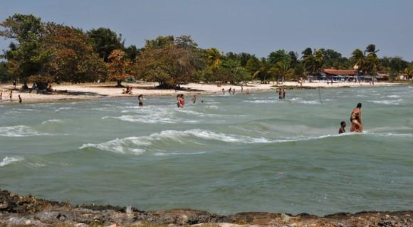 ubans nadar en Playa Larga, en la Bahía de Cochinos, la provincia de Matanzas, Cuba, el 17 de abril. Playa Larga fue una de las playas donde desembarcaron los invasores en abril de 1961. (Adalberto Roque / AFP / Getty Images) #