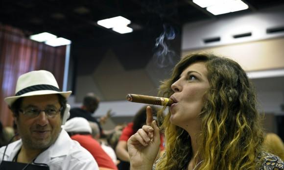 Una muchacha fuma un puro en el XIII Festival del Habano, el 23 de febrero en La Habana. (Adalberto Roque / AFP / Getty Images)
