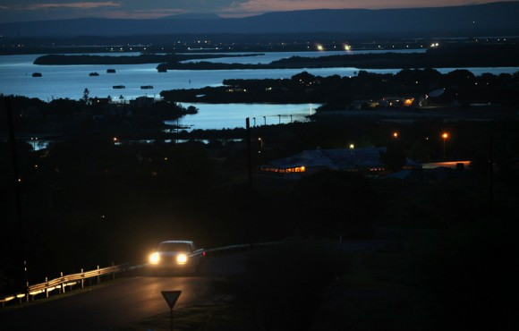 Un carro atraviesa las montañas que dominan la bahía de Guantánamo, cerca de los EE.UU. centro de detención para