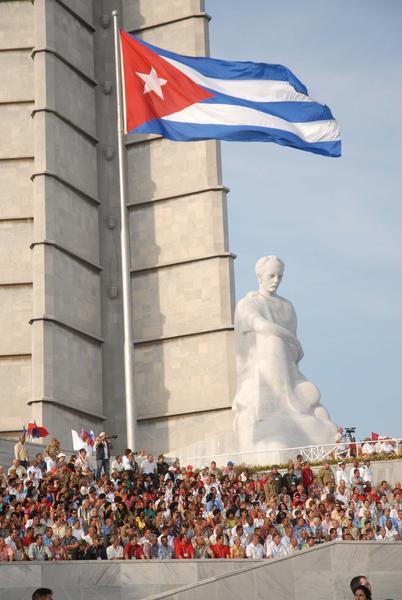 Delegados al VI Congreso del Partido Comunista de Cuba (PCC) asisten como invitados a la Revista Militar y desfile popular con motivo del aniversario 50 de la proclamación del carácter socialista de la Revolución y de la victoria militar de Playa Girón, en la Plaza de la Revolución José Martí, en La Habana,  Cuba,  el 16 de abril de 2011.  AIN   FOTO/Marcelino VAZQUEZ HERNANDEZ