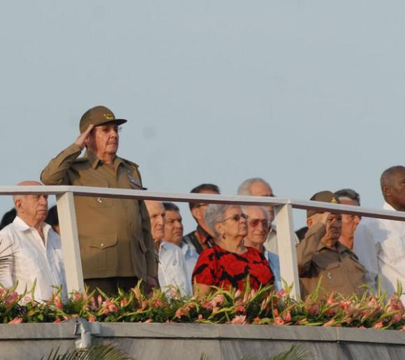 El General de Ejército Raúl Castro Ruz, presidente de los Consejos de Estado y de Ministros de Cuba, preside la Revista militar y desfile popular por el aniversario 50 de la proclamación del carácter socialista de la Revolución y de la victoria militar de Playa Girón, en la Plaza de la Revolución José Martí, en La Habana, el 16 de abril de 2011.  AIN FOTO/Marcelino VAZQUEZ HERNANDEZ/sdl