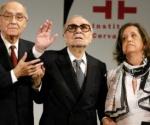 Ernesto Sábato, al centro, junto al fallecido escritor portugués José Saramago y Elvira González